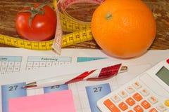Gesunde natürliche Diät des biologischen Lebensmittels, reife Ernte Fruchtzusammensetzung, messendes Band, Taschenrechner Lizenzfreie Stockfotos
