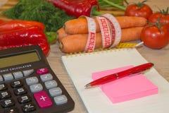 Gesunde natürliche Diät des biologischen Lebensmittels, reife Ernte Fruchtzusammensetzung, messendes Band, Taschenrechner Nähren  Stockfotografie