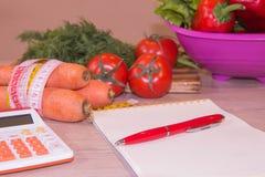 Gesunde natürliche Diät des biologischen Lebensmittels, reife Ernte Fruchtzusammensetzung, messendes Band, Taschenrechner Nähren  Lizenzfreie Stockbilder