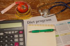 Gesunde natürliche Diät des biologischen Lebensmittels, reife Erntetomatenzusammensetzung, messendes Band, Taschenrechner Nähren  Stockbilder