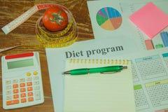 Gesunde natürliche Diät des biologischen Lebensmittels, reife Erntetomatenzusammensetzung, messendes Band, Taschenrechner Nähren  Stockbild