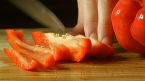 Gesunde neue rote Pfeffer-Lebensmittelvorbereitung des spanischen Pfeffers, die oben in Küche schneidet stock video footage