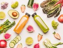 Gesunde Obst- und Gemüse Bestandteile auf weißem Schreibtischhintergrund, Draufsicht, flache Lage, Muster Gesund säubern Sie und  stockfotografie