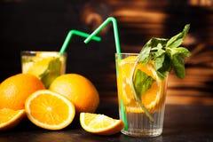 Gesunde Orangeade Delicous auf hölzernem Hintergrund lizenzfreies stockfoto