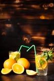 Gesunde Orangeade Delicous auf hölzernem Hintergrund stockbild