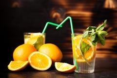Gesunde Orangeade Delicous auf hölzernem Hintergrund lizenzfreies stockbild
