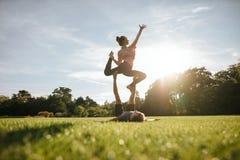 Gesunde Paare, die acro Yoga auf Gras tun Lizenzfreies Stockfoto