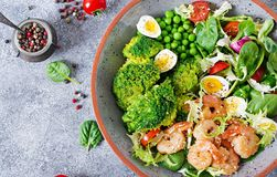 Gesunde Salat-Platte Neues Meeresfrüchterezept Gegrillte Garnelen und Frischgemüsesalat, Ei und Brokkoli Gegrillte Garnelen Lizenzfreie Stockfotografie