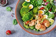 Gesunde Salat-Platte Neues Meeresfrüchterezept Gegrillte Garnelen und Frischgemüsesalat, Ei und Brokkoli Gegrillte Garnelen Lizenzfreie Stockfotos