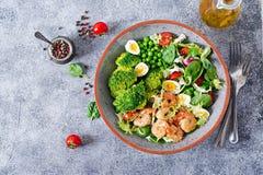 Gesunde Salat-Platte Neues Meeresfrüchterezept Gegrillte Garnelen und Frischgemüsesalat, Ei und Brokkoli Lizenzfreie Stockbilder