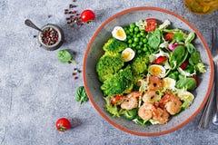 Gesunde Salat-Platte Neues Meeresfrüchterezept Gegrillte Garnelen und Frischgemüsesalat, Ei und Brokkoli Stockfoto