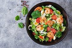 Gesunde Salat-Platte Neues Meeresfrüchterezept Gegrillte Garnelen und Frischgemüsesalat und -ei Gegrillte Garnelen Gesunde Nahrun Stockfotografie