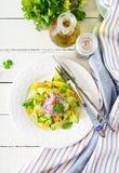 Gesunde Salatmango des strengen Vegetariers, Gurke, Koriander und rote Zwiebel in der süß-sauren Soße Siamesische Nahrung - Stirf lizenzfreies stockbild