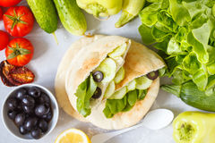 Gesunde Sandwiche mit Gemüse und Tofu im Pittabrot Stockbild