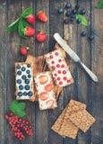Gesunde Sandwiche mit Weichkäse und Beeren auf Brotchips Geschenkkonzept der gesunden Ernährung und des Sommers Kreative Nahrung lizenzfreie stockfotos