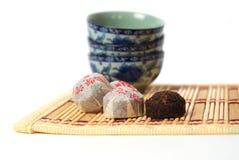 Gesunde Schale des grünen Tees mit Blättern lizenzfreies stockfoto