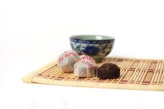 Gesunde Schale des grünen Tees mit Blättern lizenzfreies stockbild