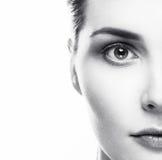 Gesunde Schwarzweiss-Haut des Frauengesichtes Stockfotos