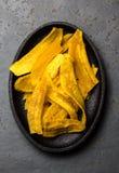 Gesunde selbst gemachte Banane Banane bricht auf Schwarzblech, Schieferhintergrund ab Stockbild