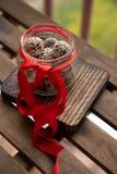 Gesunde selbst gemachte Energiebälle mit Moosbeeren, Nüssen, Daten und Haferflocken auf dem Pergament, horizontal stockfoto