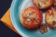 Gesunde selbst gemachte Muffins, Apfel und Banane Kuchen auf einer blauen rustikalen Platte, orange Servietten und schwarzer Hint Lizenzfreie Stockbilder