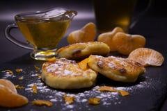 Gesunde, selbst gemachte Nahrung Kürzlich gemachte Käsekuchen mit Rosinen vom selbst gemachten Hüttenkäse Puderzucker, Scheiben d stockbild