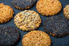 Gesunde Snäcke mit Samen, Lebensmittelhintergrund von oben Lizenzfreie Stockbilder