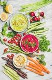 Gesunde Snackplatte des Sommerstrengen vegetariers für vegetarische Partei, hölzerner Hintergrund stockfotografie