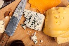 Gesunde snaks von der unterschiedlichen Art des Käses, der Nüsse und der Pflaumen Lizenzfreies Stockbild