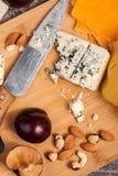 Gesunde snaks von der unterschiedlichen Art des Käses, der Nüsse und der Pflaumen Lizenzfreie Stockfotografie