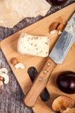Gesunde snaks von der unterschiedlichen Art des Käses, der Nüsse und der Pflaumen Stockbilder