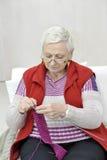 Gesunde strickende ältere Frau Stockfoto