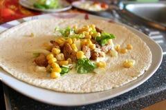 Gesunde Tortilla mit Fleisch, Salat, Käse und Mais stockfoto
