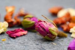 Gesunde und bunte Trockenblumen bereiten für die Zubereitung des Tees vor lizenzfreie stockfotografie