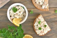 Gesunde Verbreitung von den Fischen, von der Zitrone und von der Petersilie mit Brot auf braunem hölzernem Hintergrund lizenzfreie stockbilder