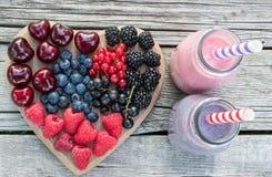 Gesunde verschiedene Früchte auf Herzen und Smoothies Diätabstrakter begriff stockfotografie
