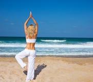 Gesunde Yogaübung auf dem Strand Stockbild