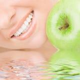 Gesunde Zähne und Apfel Stockfotos
