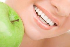 Gesunde Zähne und grüner Apfel Lizenzfreie Stockfotografie