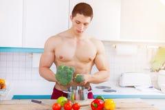 Gesunden Mahlzeitbodybuilder kochend, bemannen Sie Gemüse copyspace Essen lizenzfreie stockfotografie