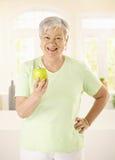 Gesunder älterer Frauenholdingapfel Stockfoto