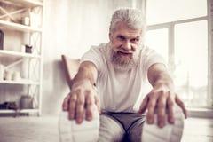 Gesunder älterer Sportler, der gerade Kamera betrachtet lizenzfreies stockbild
