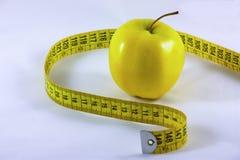 Gesunder Apfel und Band Lizenzfreie Stockfotos