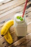 Gesunder Banane Smoothie auf weißem hölzernem Hintergrund lizenzfreie stockfotos