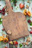 Gesunder Frühstücks-Hintergrund mit Getreide, Kirsche, Aprikose und Erdbeere Stockfoto