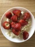 Gesunder FrühstücksHüttenkäse mit Erdbeeren stockbild