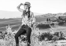 Gesunder Frauenwanderer, der in Toskana untersucht Abstand wandert Stockfotos