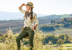 Gesunder Frauenwanderer, der in Toskana untersucht Abstand wandert Stockbild