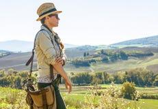 Gesunder Frauenwanderer, der in Toskana untersucht Abstand wandert Lizenzfreies Stockbild