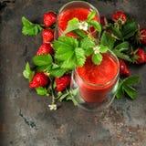 Gesunder frischer Erdbeere Smoothie Detoxkonzept Abbildung der roten Lilie Lizenzfreie Stockfotografie